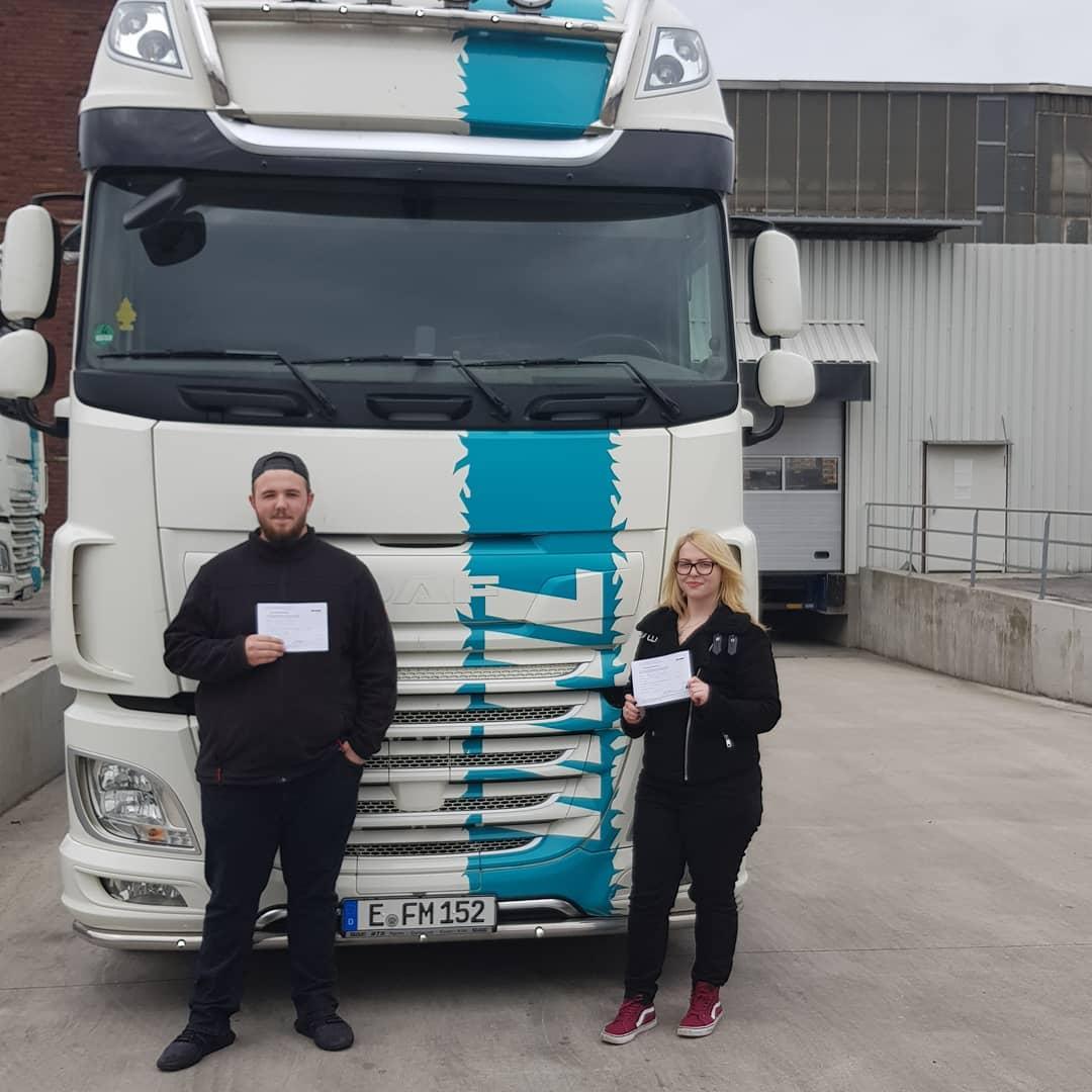 Unsere Berufskraftfahrer/-in Auszubildende haben den LKW-Führerschein bestanden